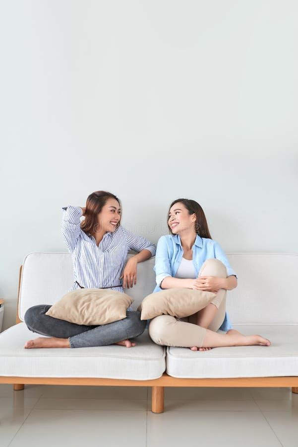 Φίλες που έχουν τη διασκέδαση, που τραγουδούν και που παίζουν μαζί στο σπίτι στοκ εικόνες με δικαίωμα ελεύθερης χρήσης