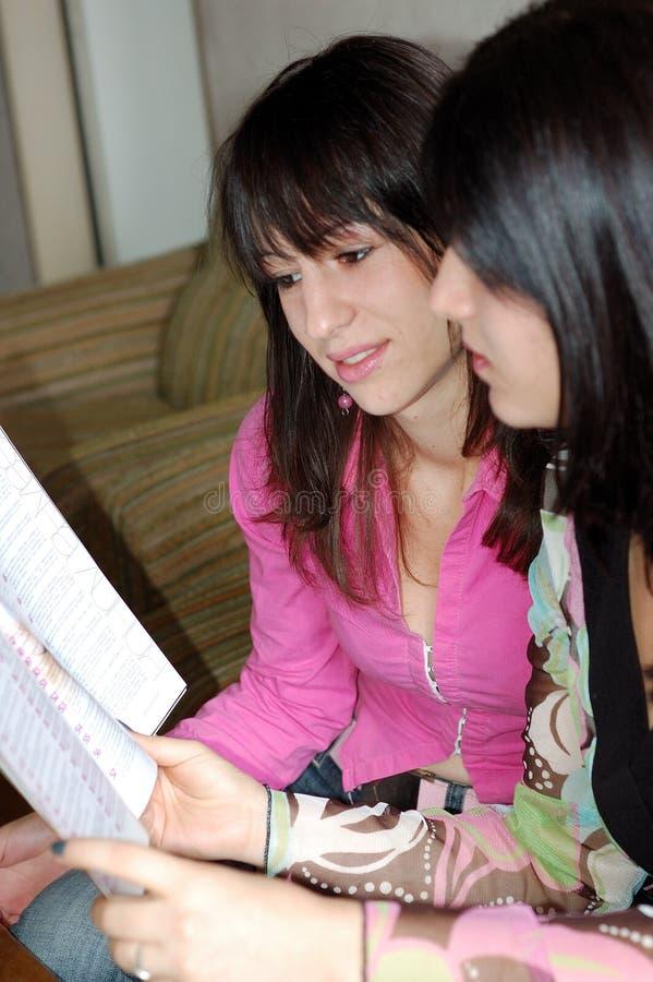 φίλες που διαβάζονται στοκ φωτογραφίες με δικαίωμα ελεύθερης χρήσης