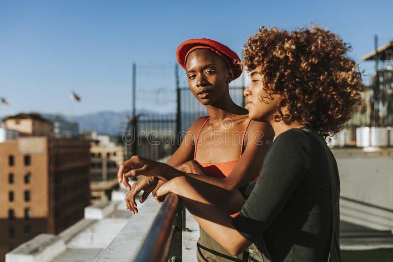 Φίλες που κρεμούν έξω σε μια στέγη Λα στοκ φωτογραφίες με δικαίωμα ελεύθερης χρήσης
