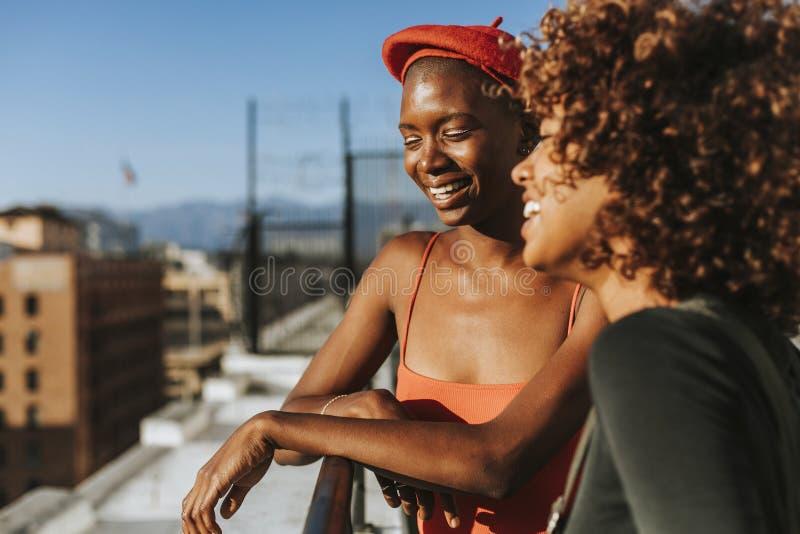 Φίλες που κρεμούν έξω σε μια στέγη Λα στοκ εικόνα με δικαίωμα ελεύθερης χρήσης