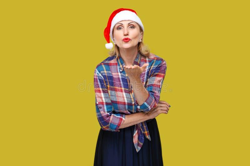 Φίλημα σας! Πορτρέτο της ευγενικά όμορφης ενήλικης γυναίκας στο κόκκινο SAN στοκ φωτογραφία με δικαίωμα ελεύθερης χρήσης