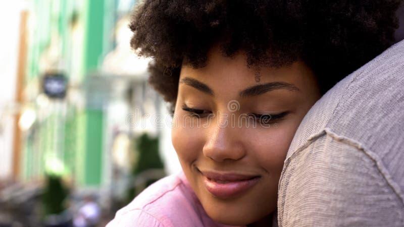 Φίλη που αγκαλιάζει το φίλο έξω, τρυφερές σχέσεις, στενότητα αγάπης, χρονολόγηση στοκ εικόνα