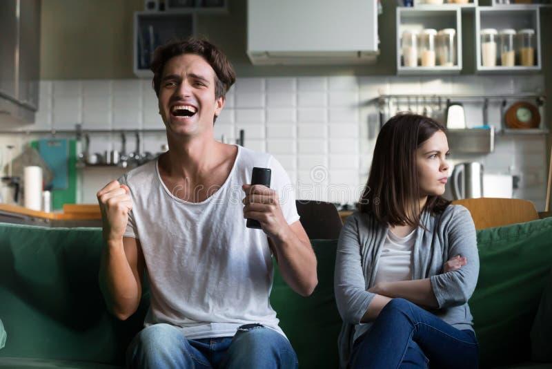 φίλη που ενώ συγκινημένος φίλος που προσέχει το spoη TV στοκ φωτογραφία με δικαίωμα ελεύθερης χρήσης