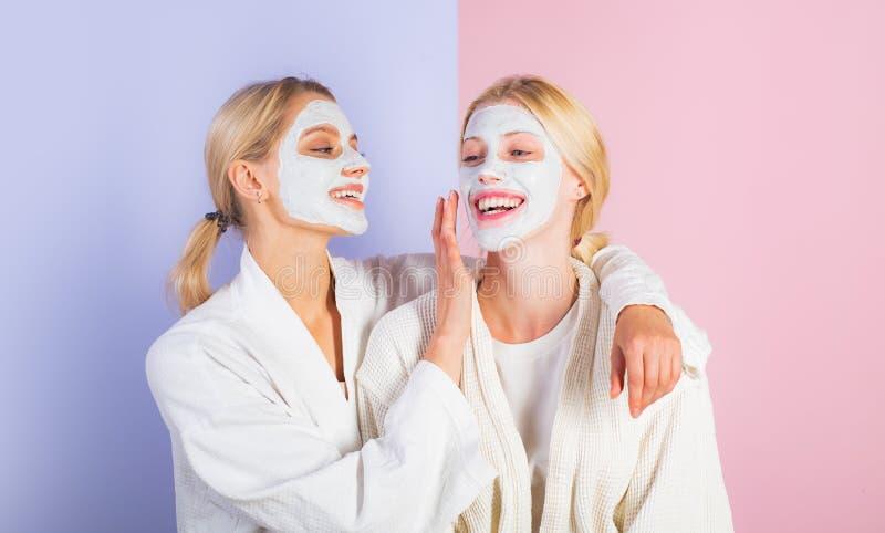 Φίλοι, αδελφές ή mom και κόρη κοριτσιών που καταψύχουν κάνοντας τον άργιλο την του προσώπου μάσκα Αντι μάσκα ηλικίας Παραμονή όμο στοκ φωτογραφία με δικαίωμα ελεύθερης χρήσης