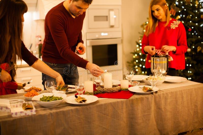 Φίλοι και οικογενειακή προετοιμασία Χριστουγεννιάτικο τραπέζι και διακόσμηση στοκ φωτογραφίες με δικαίωμα ελεύθερης χρήσης