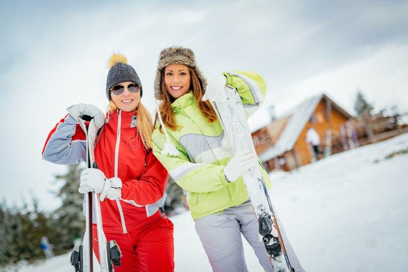 Φίλοι κοριτσιών στις χειμερινές διακοπές στοκ εικόνα με δικαίωμα ελεύθερης χρήσης
