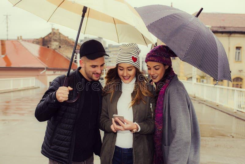 Φίλοι με τις ομπρέλες στοκ φωτογραφίες με δικαίωμα ελεύθερης χρήσης