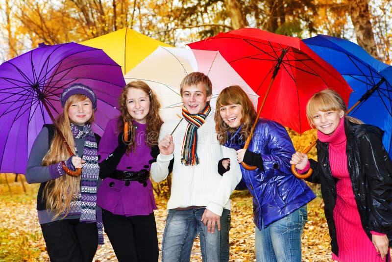 Φίλοι με τις ομπρέλες στοκ φωτογραφία με δικαίωμα ελεύθερης χρήσης