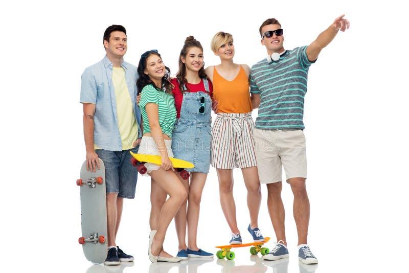 Φίλοι με skateboards πέρα από το άσπρο υπόβαθρο στοκ φωτογραφία