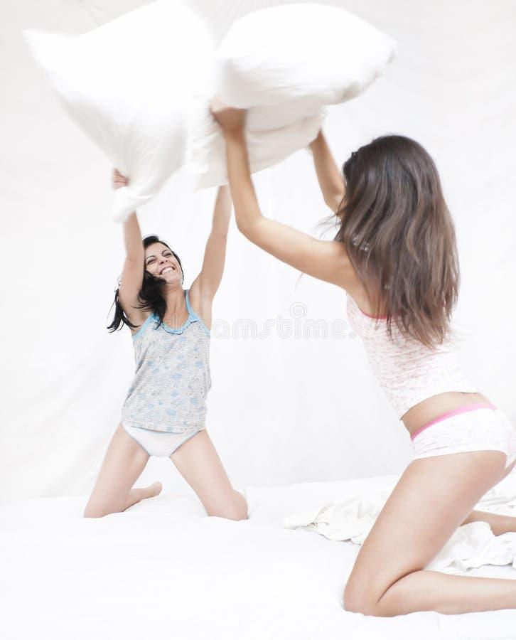 φίλοι πάλης που έχουν το μαξιλάρι στοκ φωτογραφία