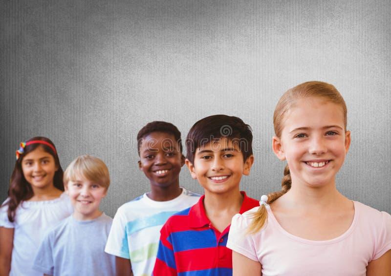 φίλοι παιδιών με το κενό γκρίζο υπόβαθρο στοκ εικόνες