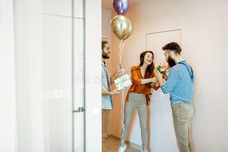 Φίλοι που έρχονται κατ' οίκον για μια γιορτή γενεθλίων στοκ εικόνα