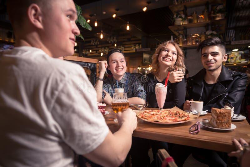 Φίλοι που έχουν έναν καφέ από κοινού γυναίκες και άνδρας στον καφέ, ομιλία, γέλιο στοκ εικόνες