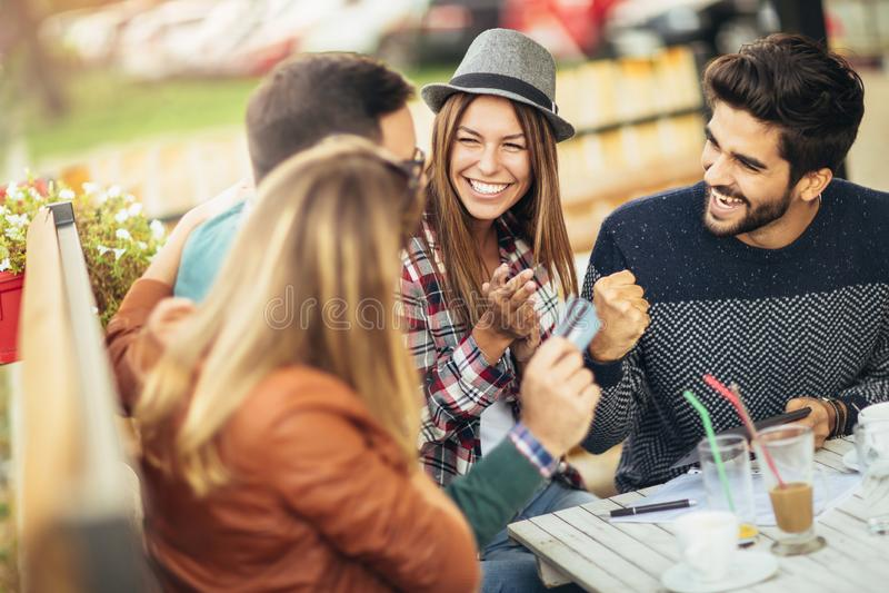 Φίλοι που έχουν έναν καφέ από κοινού στοκ εικόνα με δικαίωμα ελεύθερης χρήσης