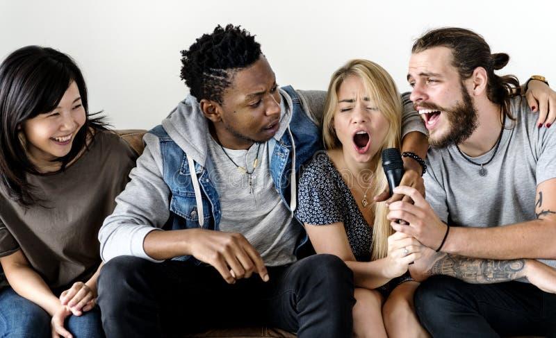 Φίλοι που έχουν το καραόκε τραγουδιού διασκέδασης στοκ φωτογραφίες με δικαίωμα ελεύθερης χρήσης