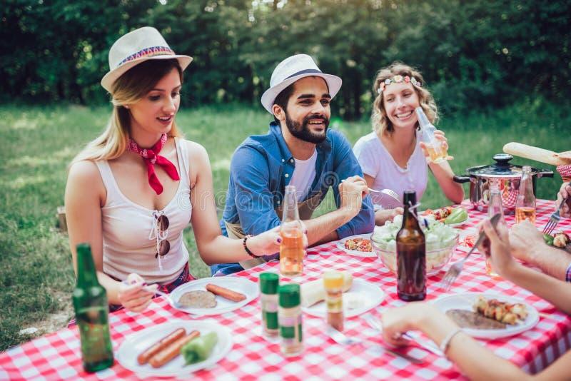 Φίλοι που απολαμβάνουν έναν χρόνο μεσημεριανού γεύματος μαζί στη φύση στοκ εικόνες