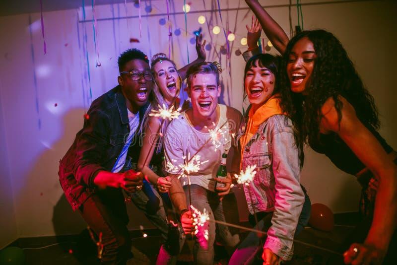 Φίλοι που απολαμβάνουν σε ένα κόμμα σπιτιών στοκ φωτογραφία με δικαίωμα ελεύθερης χρήσης