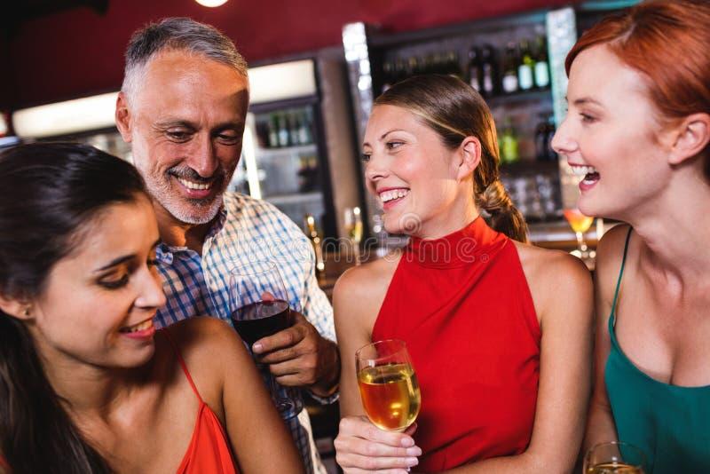 Φίλοι που απολαμβάνουν το κρασί στη λέσχη νύχτας στοκ φωτογραφία με δικαίωμα ελεύθερης χρήσης