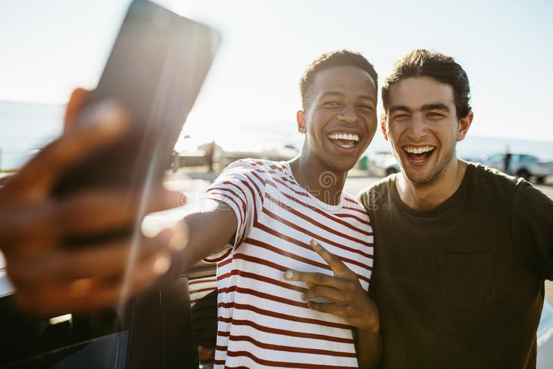 Φίλοι που κάνουν μια αυτοπροσωπογραφία υπαίθρια στοκ φωτογραφία
