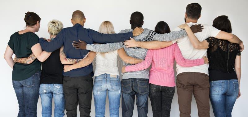 Φίλοι που κρατούν ο ένας γύρω από τον άλλον στοκ εικόνες