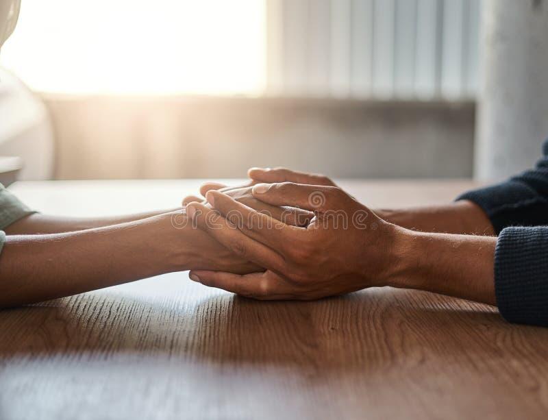 Φίλοι που κρατούν το ο ένας του άλλου χέρι στο γραφείο στοκ εικόνα με δικαίωμα ελεύθερης χρήσης