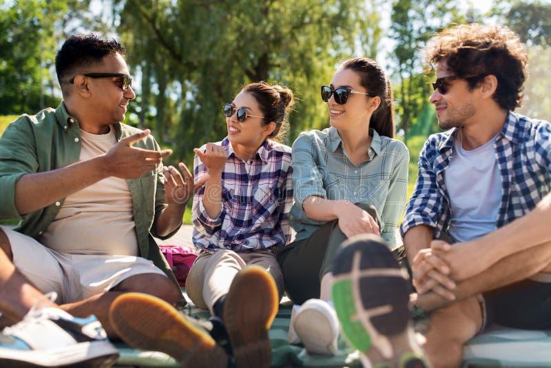 Φίλοι που κρεμούν έξω και που μιλούν υπαίθρια το καλοκαίρι στοκ εικόνα με δικαίωμα ελεύθερης χρήσης