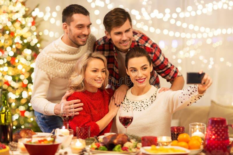 Φίλοι που παίρνουν selfie στο χριστουγεννιάτικο δείπνο στοκ εικόνες