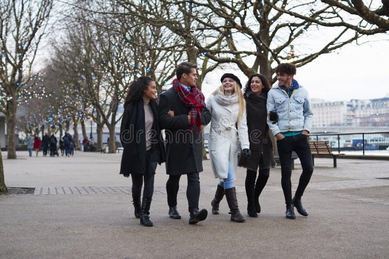 Φίλοι που περπατούν κατά μήκος του South Bank στη χειμερινή επίσκεψη στο Λονδίνο στοκ φωτογραφίες με δικαίωμα ελεύθερης χρήσης