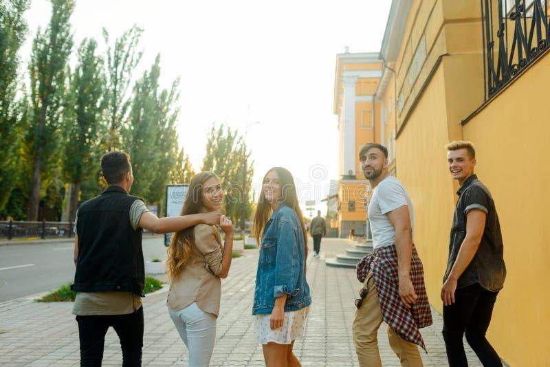 Φίλοι που περπατούν στην οδό στοκ φωτογραφίες