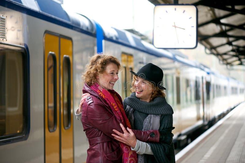 Φίλοι που χαιρετούν μεταξύ τους στο σταθμό στοκ εικόνες