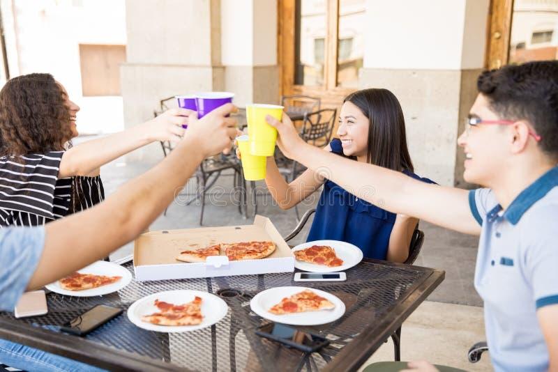 Φίλοι που ψήνουν τον καφέ στο εστιατόριο στοκ εικόνες με δικαίωμα ελεύθερης χρήσης