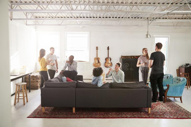 Φίλοι σε ένα κόμμα σε ένα διαμέρισμα σοφιτών της Νέας Υόρκης, πλήρες μήκος στοκ φωτογραφία με δικαίωμα ελεύθερης χρήσης