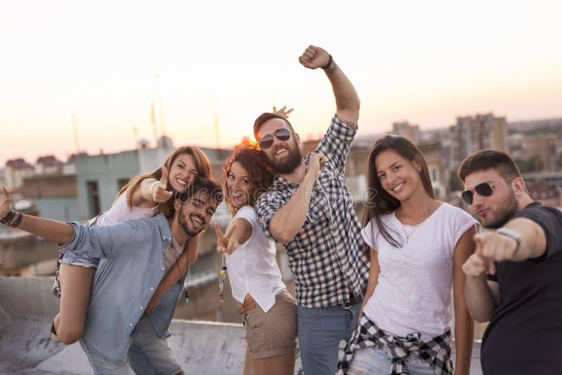 Φίλοι σε ένα κόμμα στεγών στοκ εικόνες