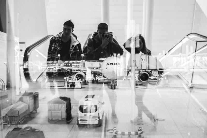 Φίλοι στον αερολιμένα waitig για την αναχώρηση στοκ φωτογραφία