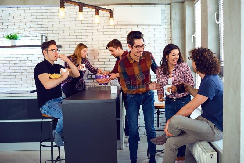 Φίλοι συνεδρίασης στον ελεύθερο χρόνο τους στο δωμάτιο στοκ φωτογραφία