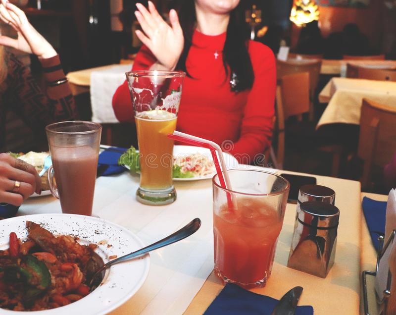 Φίλοι συνεδρίασης των γυναικών στο εστιατόριο για το γεύμα Τα κορίτσια χαλαρώνουν και πίνουν τα κοκτέιλ στοκ φωτογραφίες με δικαίωμα ελεύθερης χρήσης
