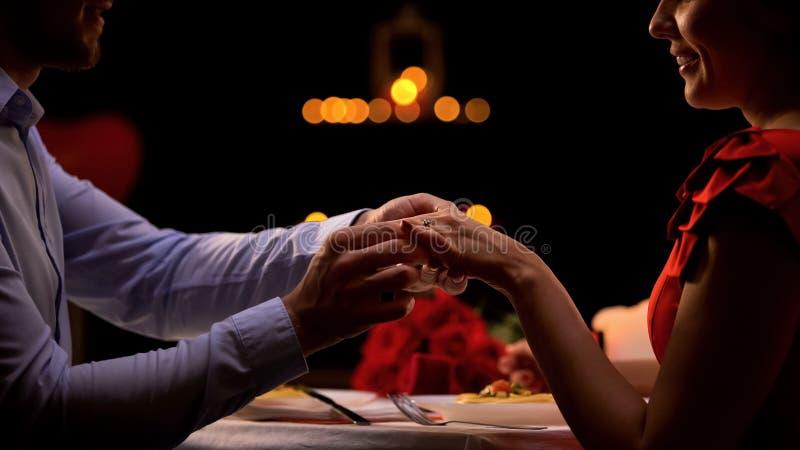 Φίλος που βάζει το πολύτιμο δαχτυλίδι στο θηλυκό δάχτυλο, ζεύγος που απολαμβάνει τη ρομαντική ημερομηνία στοκ φωτογραφίες με δικαίωμα ελεύθερης χρήσης
