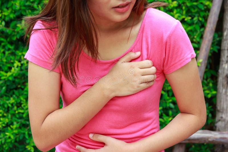 Φίλαθλη γυναίκα που έχει την επίθεση καρδιών - στηθάγχη Pectoris, μυοκαρδιακό Ι στοκ εικόνα με δικαίωμα ελεύθερης χρήσης