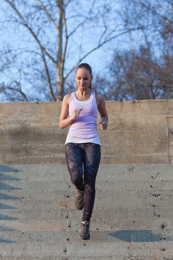Φίλαθλη γυναίκα που τρέχει onsteps στοκ φωτογραφία με δικαίωμα ελεύθερης χρήσης