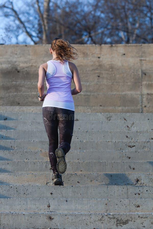 Φίλαθλη γυναίκα που τρέχει onsteps στοκ φωτογραφίες με δικαίωμα ελεύθερης χρήσης