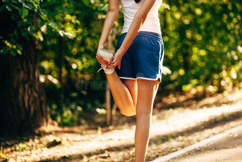Φίλαθλη γυναίκα του Yong που το πόδι της στοκ εικόνα με δικαίωμα ελεύθερης χρήσης