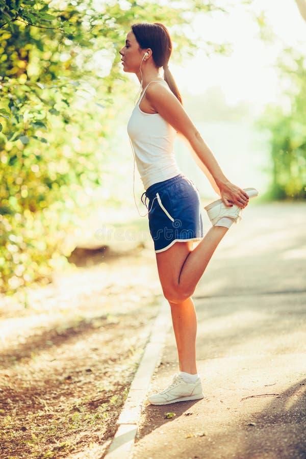 Φίλαθλη γυναίκα του Yong που το πόδι της στοκ εικόνες με δικαίωμα ελεύθερης χρήσης