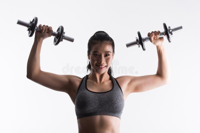 Φίλαθλη νέα γυναίκα με τους αλτήρες, αθλητισμός, ικανότητα, bodybuilding ο στοκ εικόνα με δικαίωμα ελεύθερης χρήσης
