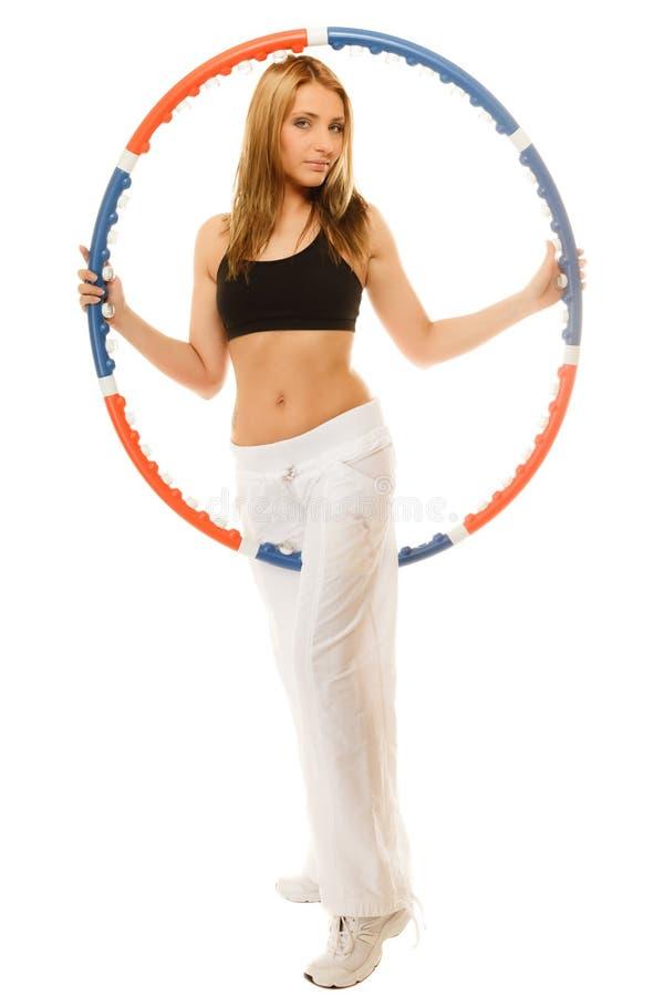 Φίλαθλο κατάλληλο κορίτσι που κάνει την άσκηση με τη στεφάνη hula στοκ εικόνα με δικαίωμα ελεύθερης χρήσης