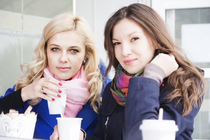 Φίλες και καφές στοκ φωτογραφία με δικαίωμα ελεύθερης χρήσης