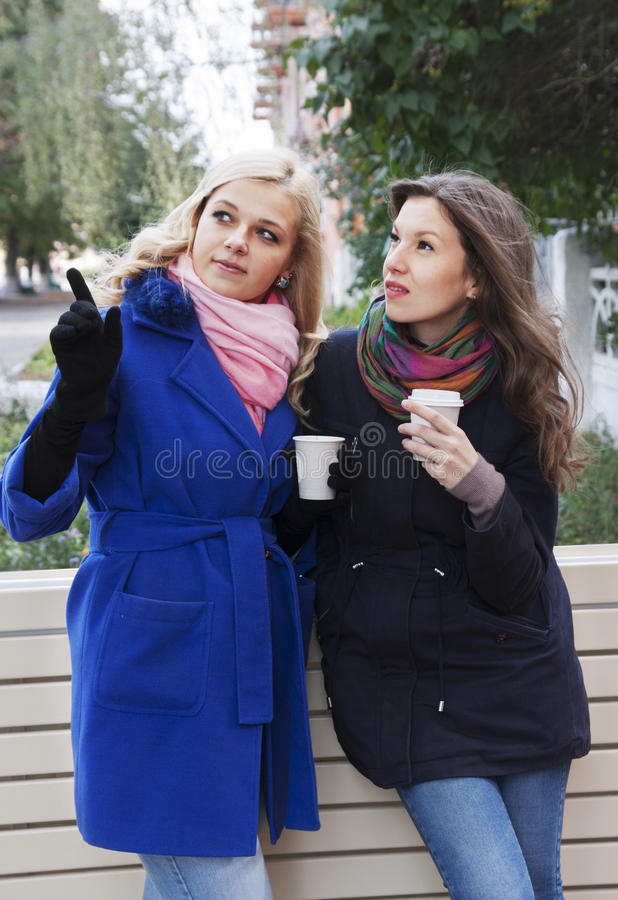 Φίλες και καφές στοκ εικόνες