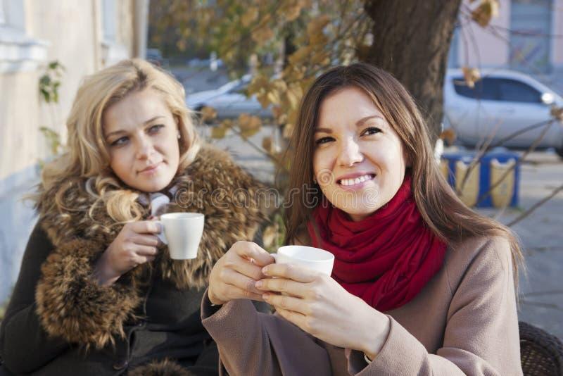 Φίλες και καφές στοκ φωτογραφίες