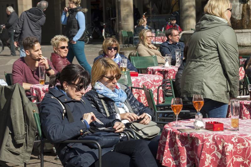 Download Φίλες που απολαμβάνουν το κρασί και τον ήλιο στον καφέ πεζοδρομίων Εκδοτική Στοκ Εικόνες - εικόνα από φίλοι, κέντρο: 62700268