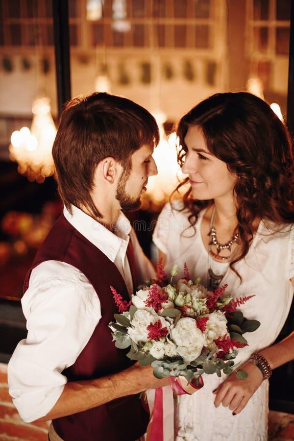 Φίλημα γαμήλιου ζεύγους στο εσωτερικό σοφιτών στοκ εικόνες