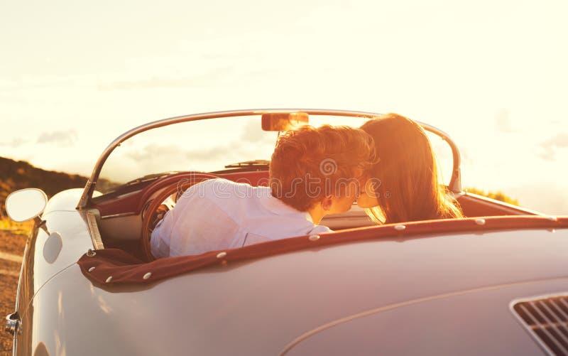 Φίλημα ζεύγους στο κλασικό εκλεκτής ποιότητας αθλητικό αυτοκίνητο στοκ φωτογραφίες με δικαίωμα ελεύθερης χρήσης